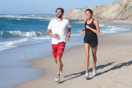浜辺を走る外国人男女